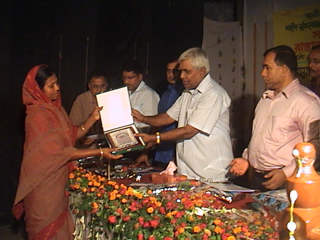 solaiman haque joarder selun present the award for freedom fighter Mukitjuda Sommnona 6.08.11
